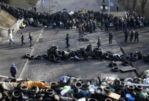 Anti-government protesters man barricades in Kiev
